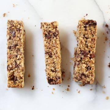 These healthy chocolate chunk gluten free granola bars are perfect make-ahead snacks!